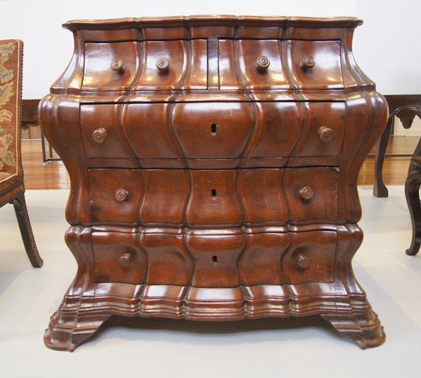 Cômoda Bombê, século XVIII - Brasil. Este móvel foi talhado em gomo e possui cinco gavetas. O nome