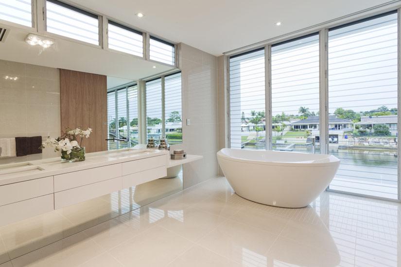 Com estilo moderno, este banheiro possui uma banheira contemporânea modelo freestanding, que é móvel e não precisa de fixação.