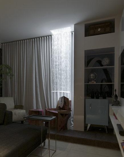 Este tipo de lustre de fibra ótica com fios soltos é conhecido como luminária Chandeliers.