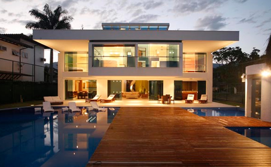 O projeto do arquiteto e designer, Ricardo Campos, utiliza claraboias de vidro que multiplicam as entradas de luz natural e ampliam, ao máximo, a percepção dos espaços da casa.