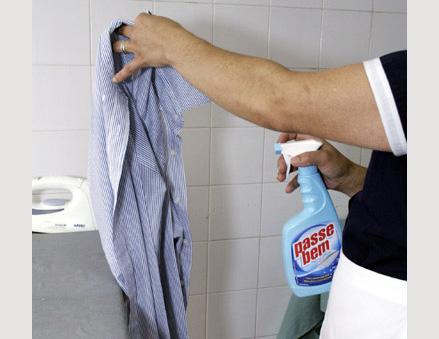Antes de começar a passar a camisa, borrife um pouco de água ou produto específico para passar roupas. Eles ajudam a retirar vincos e enrugados com facilidade.