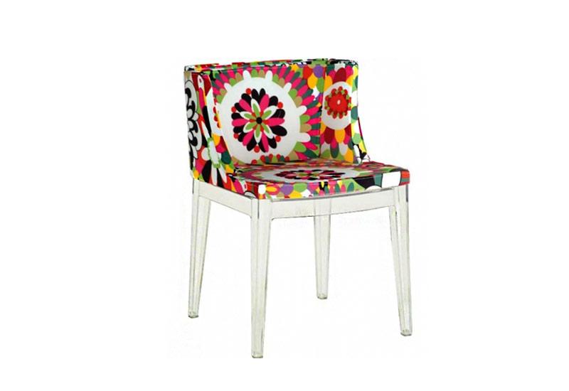 Cadeira Mademoiselle transparente revestida com tecido floral e base em policarbonato. R$ 558,96. Valor consultado em julho de 2013.