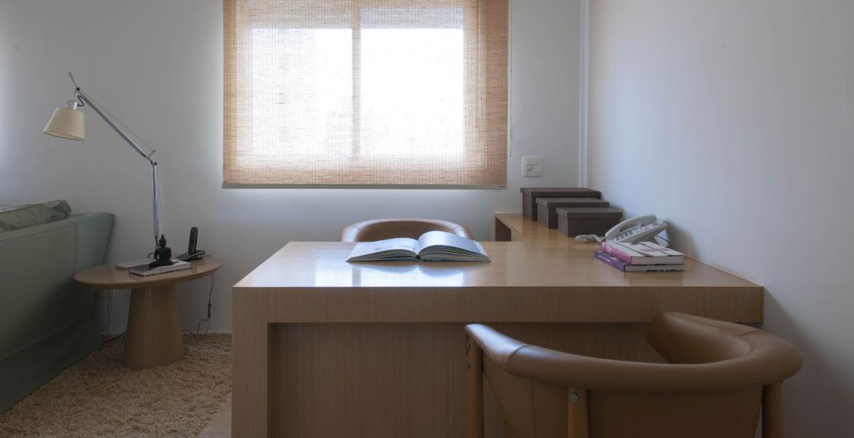 Decoração de apartamento duplex valoriza luz natural