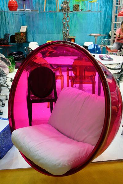 A Bubble Chair é uma poltrona de teto da ByArt Design. O ícone desenhado em 1968 possui estrutura em aço inoxidável polido, corrente com 1,60m em aço polido e cromado, mosquetões com placa fixadora, assento em acrílico 13 mm termo moldado e almofada com espuma flocada revestida por couro ecológico, couro natura, camurça, swede ou tecido fornecido.