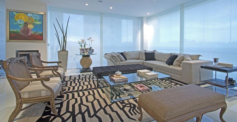Decoração de apartamento valoriza iluminação e móveis tradicionais