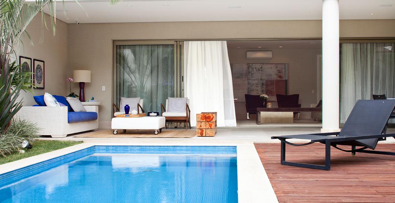 A integração de ambientes internos e externos, pedida pelos clientes que adoram receber convidados foi valorizada com o projeto da designer. A casa tem um amplo jardim com piscina e um grande terraço, que se integra ao espaço do living. Combinação de tons e texturas equilibram sensações.