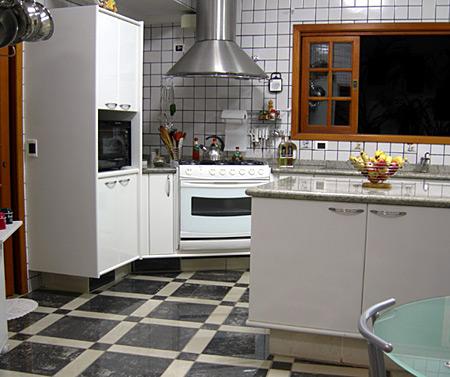 Uma cozinha organizada faz toda a diferença. Saber como separar e guardar cada item facilita o preparo de receitas, além de aproveitar melhor o seu espaço.