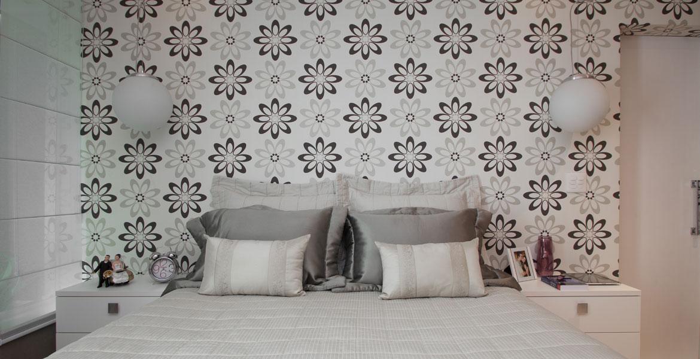 O papel de parede tem flores estilizadas, criando uma atmosfera romântica.</br>