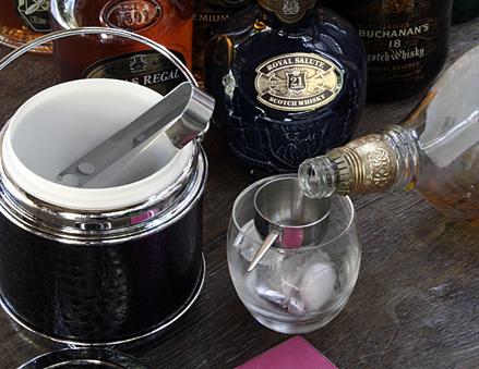 Vai servir um Whisky?  Balde de Gelo Espaço Santa Helena R$ 87,90. Porta copos Raul's R$ 118,80 conjunto com 6 unidades.