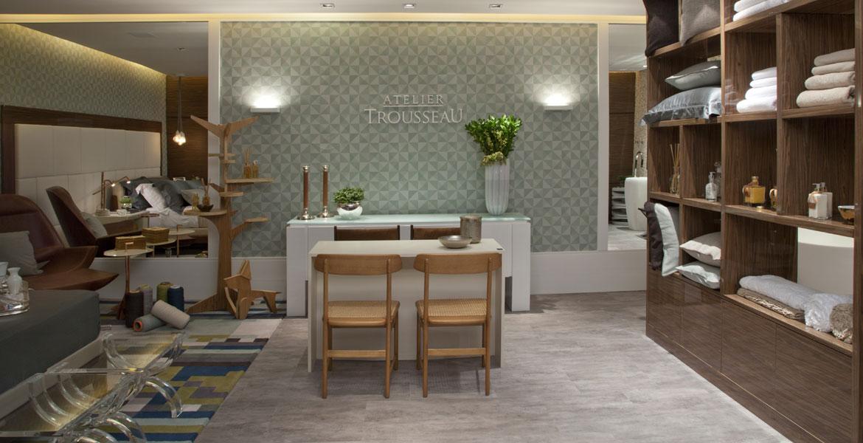 A designer de interiores inova ao apresentar um espaço comercial com características de mini loft. Para isso foram projetados um Quarto e uma Sala de Banho, onde os produtos da Trousseau podem ser conferidos.