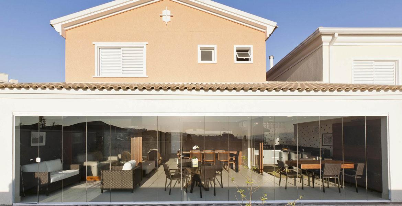 Localizada em Alphaville (SP) a residência com 230m² tem decoração inspirada nos trabalhos do arquiteto alemão Van der Rohe, um dos principais profissionais do século XX.