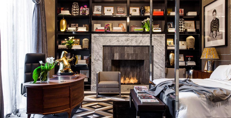 Na suíte do casal da Casa Cor SP 2014, a lareira da Construflama, projetada pelo arquiteto Murilo Lomas deu um aspecto mais confortável ao ambiente. Feita em aço inox, a peça acomoda a estante preta no entorno.