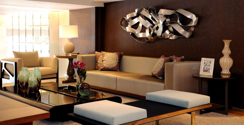 A designer de interiores Adriana Scartaris projetou o moderno loft de 100m² para ela. Os objetos de decoração em murano trazem delicadeza e sofisticação. O toque moderno é dado pela escultura em metal.
