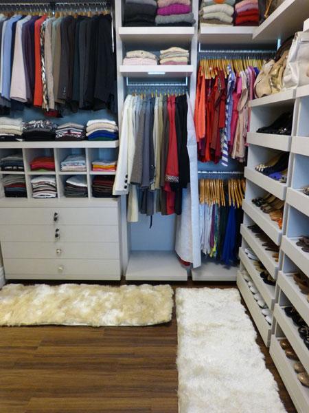 Quando for organizar o closet, coloque as roupas e acessórios mais utilizadas em destaque.