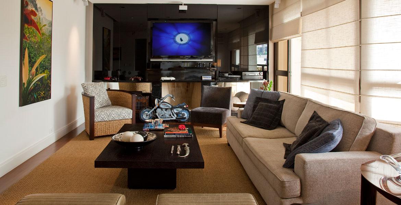 Painel de vidro preto com lareira já estava no apartamento, e foi o ponto de partida para as escolhas do decorador.