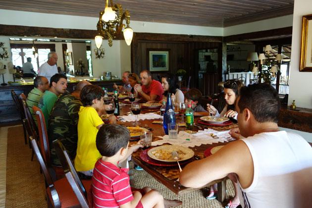 Família unida e uma mesa bonita