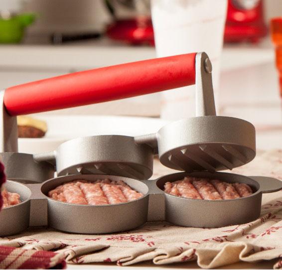 - Kit com forminhas para preparar hambúrgueres.</br>- Produzidas com alumínio antiaderente e cabo de silicone.</br>- Completam o kit: bisnaga para ketchup e mostarda e um livro com diversas receitas de hambúrgueres.</br>- Set Hamburguer, da Brandani.
