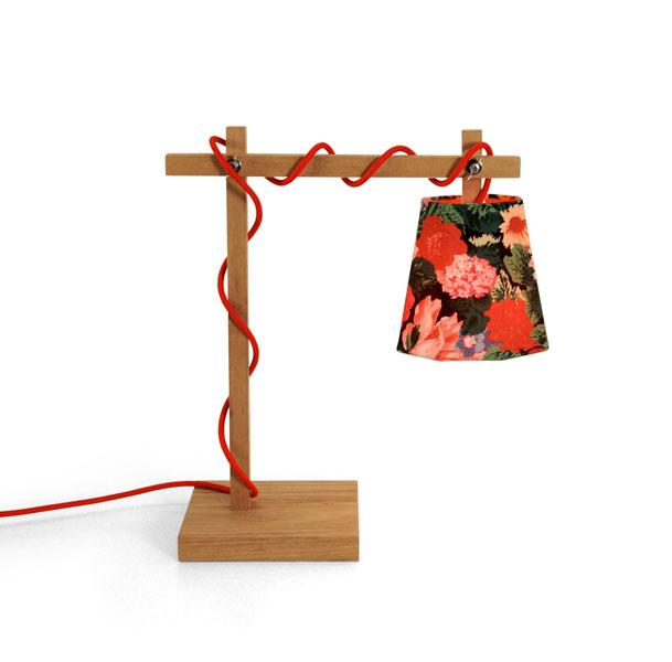 - Design de Ana Strumpf.<br>- Produzido com madeira certificada, canela e tecido tencel estampado.<br>- Mix Print Abajur, disponível na Bertolucci.