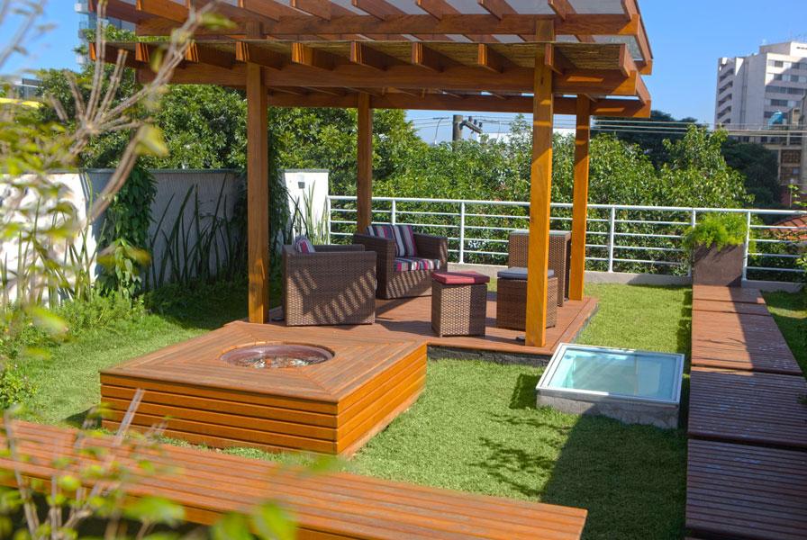 Projeto da Ecotelhado instalou no telhado verde um pergolado e as duas poltronas para relaxar.