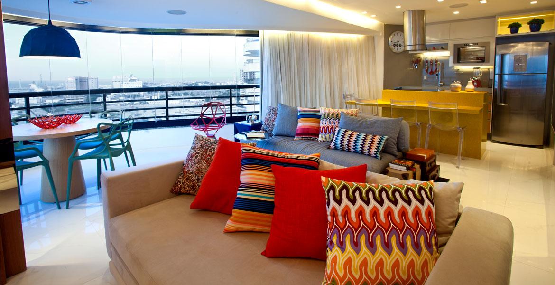 Sobre sofá neutro, almofadas de tons vibrantes que combinem com o restante da decoração são bem vindas. Com toque prático e moderno, a arquiteta e designer de interiores Liana Santana utilizou essa composição.