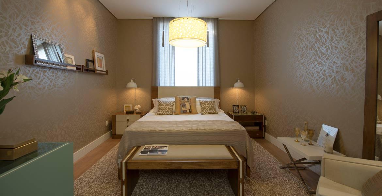 Pintura especial simulando papel de parede no estilo bambu é o destaque do quarto assinado pela arquiteta Adriana Bellão.