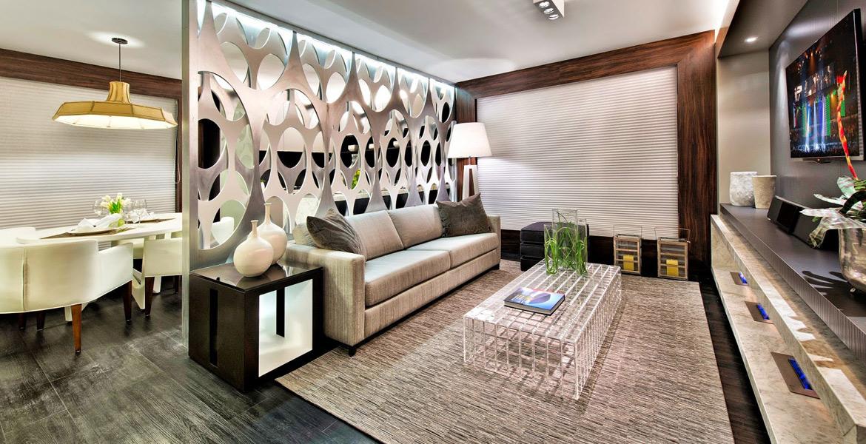 Neste loft, o painel vazado delimita a cozinha e o living, mas mantém a integração dos ambientes. O painel, que lembra os muxarabis inventados pelos árabes para dar privacidade ao ambiente, dá um tom futurista à divisória e traz uma atmosfera contemporânea. Projeto da arquiteta Simone Stolfa.