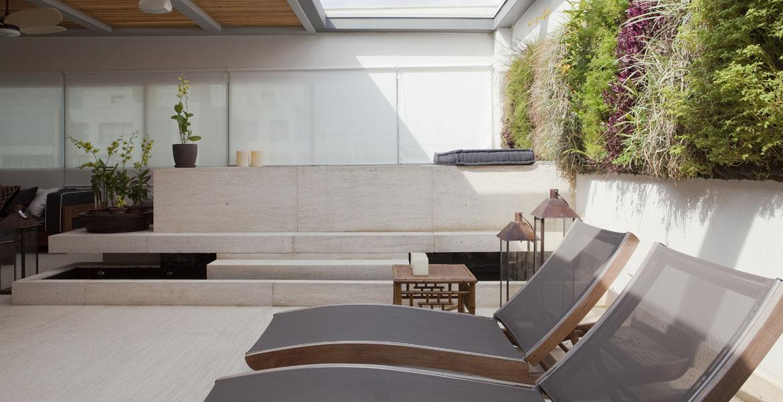 Neste terraço, as arquitetas Andrea Teixeira e Fernanda Negrelli utilizaram revestimentos resistentes ao calor e a chuva. Os móveis de linhas retas dão um toque contemporâneo e moderno.