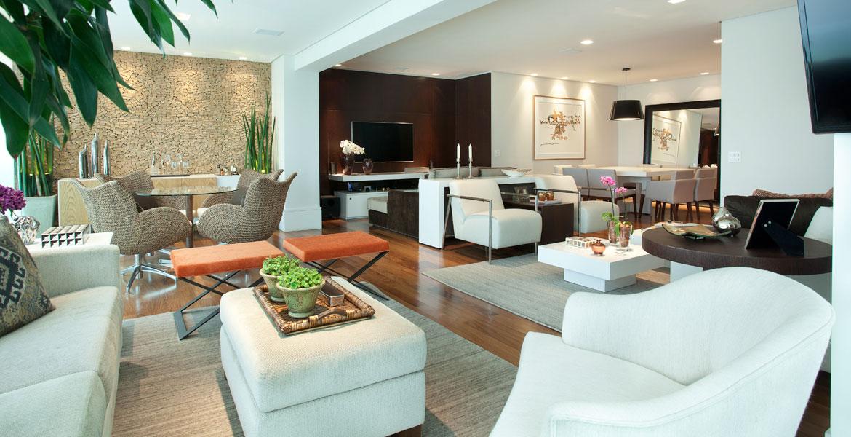 Este apartamento de 177 m², localizado no bairro de Moema, em São Paulo, segue o estilo contemporâneo. Os móveis confortáveis e as cores suaves deixam o imóvel aconchegante, tranquilo e acolhedor.