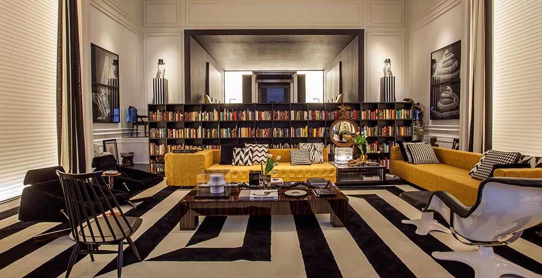 O livro, além de dar charme à decoração, serve como incentivo à leitura quando dispostos nos espaços. No Pavilhão Todeschini, a estante com livros ganha destaque e faz a divisão dos ambientes. Projeto do arquiteto Guilherme Torres.