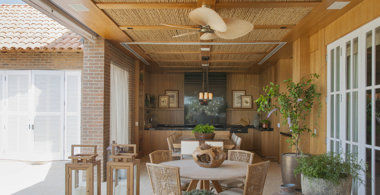 Os revestimentos naturais são o destaque desta varanda projetada pela arquiteta Débora Aguiar. Tijolos artesanais, bambu, texturas especiais e mobiliário atendem ao conceito rústico do espaço.
