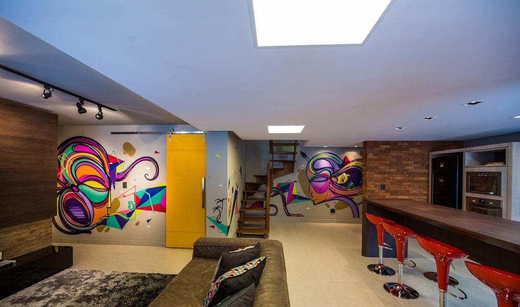 Os arquitetos Rodrigo Becker e Camila Schena projetaram um ambiente totalmente moderno com grafites compostos por cores vibrantes.