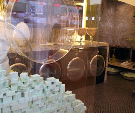 Na lavanderia parede que lembra escotilha da máquina de lavar e sabão em pedra reciclável.