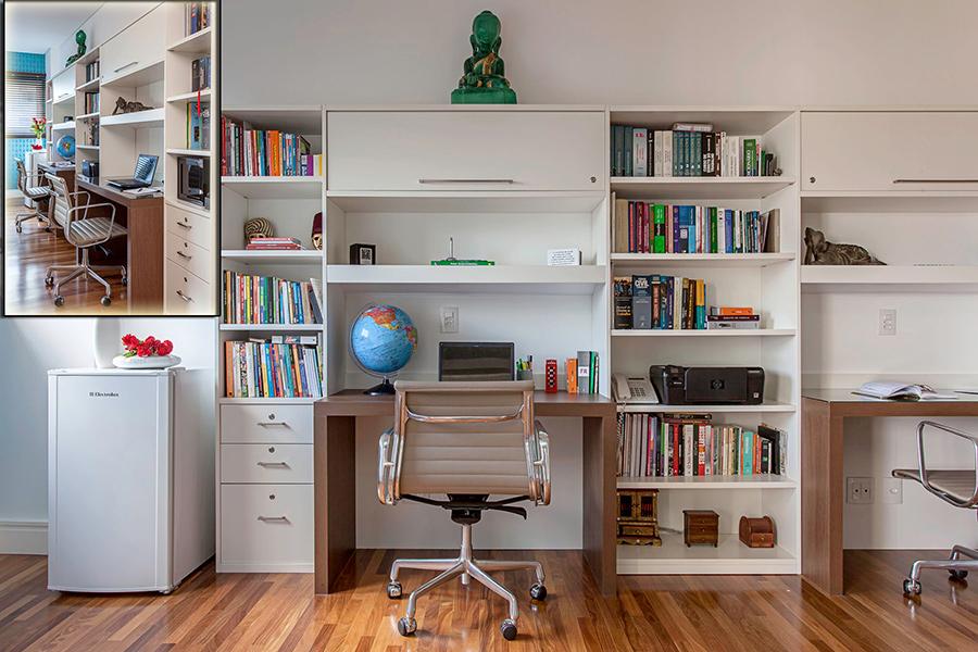 O home office projetado para um casal trabalhar simultaneamente ganha praticidade com o frigobar ao lado, e os nichos que abrigam os livros e objetos do casal. Projeto da arquiteta Christiane Schiavoni.