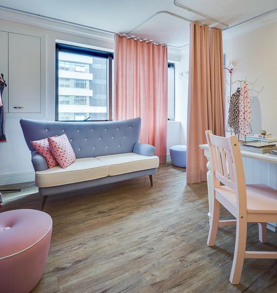 Neste espaço comercial de 25 m², a arquiteta projetou um ateliê de costura com estrutura e móveis que remetem a uma casa de boneca.