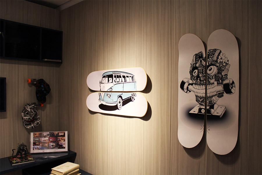 Aproveitar os shapes de skate como quadros, bancos ou até luminárias podem dar um toque original à decoração. Nesta foto, desenhos modernos foram dispostos tanto na horizontal quanto na vertical.