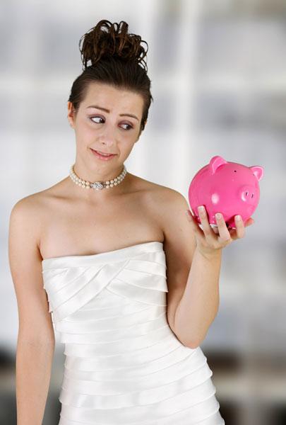 <strong>Primeiras ideias sobre o casamento:</strong><ul> <li>Comece a pensar em como gostaria que fosse o seu casamento. Qual é o meu orçamento? O que não pode deixar de ter? É importante o casal conversar sobre o que realmente é essencial e o que é supérfluo e pode ser cortado da lista ou feito de uma forma simplificada.</li><li>O ideal é escolher o local e a data com pelo menos um ano de antecedência, para sobrecarregá-la o menos possível. Fazer o casamento civil no cartório é mais em conta, porque em outro lugar é cobrada uma taxa de deslocamento do juiz de paz.</li></ul>