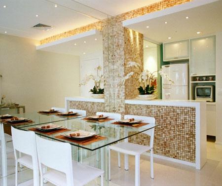 A arquiteta Monique Granja aproveitou a tonalidade das pastilhas da divisória como suporte nos detalhes da sala de estar, criando um ambiente harmonioso.