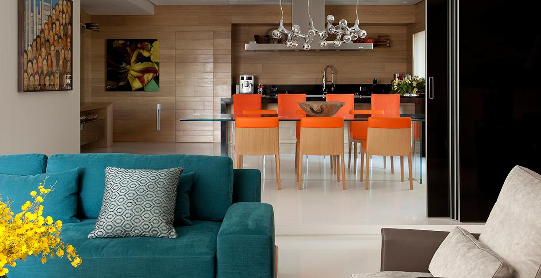 O piso em mármore evidenciou as tonalidades vibrantes do mobiliário. O laranja foi escolha da proprietária do imóvel, a partir daí, o designer de interiores Marco Aurélio Viterbo criou um mix de laranja, azul, cinza e pontos de amarelo.