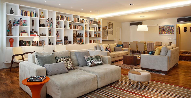 Neste apartamento de Ipanema, o principal objetivo do projeto era integrar os quatro ambientes sociais: sala de estar, área de leitura, sala de jantar e home theater utilizando uma decoração prática, funcional e alegre.