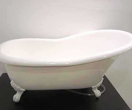 Banheira infantil da Doka Bath Works. Com design Vitoriano e composta por minerais, rocha vulcânica e resina, o banho do seu Bebê ficará muito mais glamuroso.