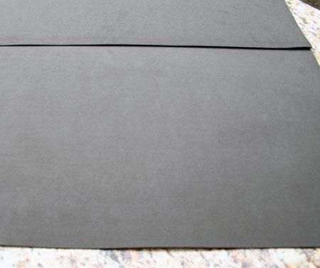Para fazer o avental, será preciso unir duas folhas de E.V.A.