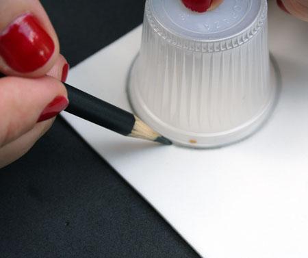 Na folha branca de E.V.A. faça o contorno com o lápis da borda do copinho.