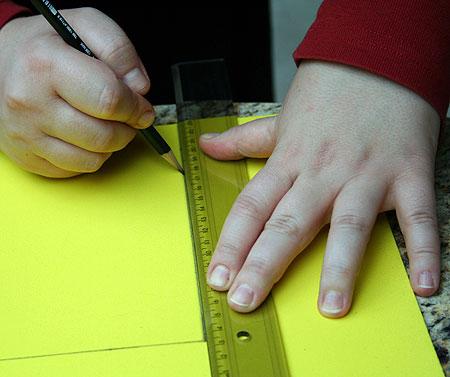 Recorte três retângulos de 15cm x 20cm, um branco, um vermelho e um amarelo