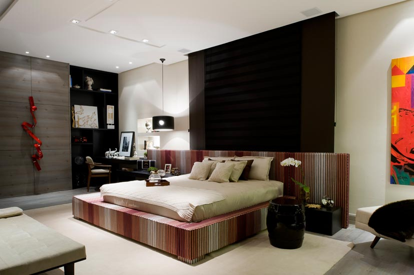Utilizando soluções personalizadas, Ana Bartira Brancante projetou a Suíte Master da Casa Cor 2012. Todo o projeto foi concebido a partir da cama desenhada especialmente para o ambiente, estofada e revestida com tecido estampado em cores marcantes.