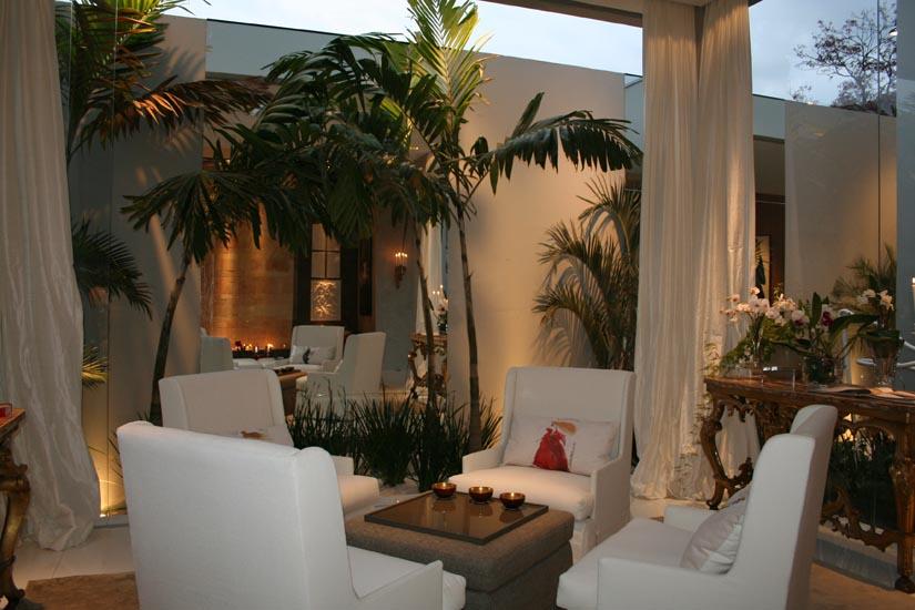 Em seu espaço, a arquiteta Ana Maria Vieira Santos escolheu projetar uma casa térrea com estilo contemporâneo. Ana apostou no uso de materiais sustentáveis, como é o caso do vidro reciclável, que evidencia a luz natural. Por acreditar que a área externa é uma extensão dos ambientes internos, a profissional criou um jardim com espelho d'água que percorre o jardim interno e a área externa da casa. Alguns dos móveis que fazem parte do espaço são criações da própria arquiteta, assim como as obras fotográficas, imagens de suas viagens. Todo material usado no projeto será doado para a ONG Lua Nova.