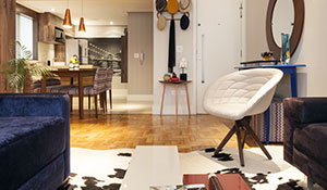 Taco de madeira é destaque na decoração de sala