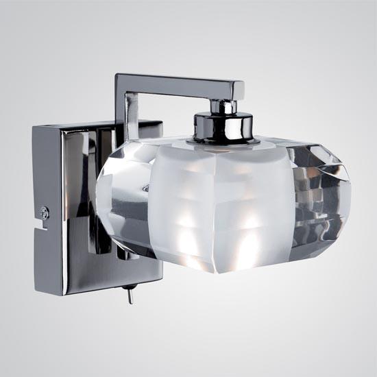 Arandela de cristal translúcido com acabamento Black Chrome. A peça pode ser encontrada na Ideally Iluminação por R$ 273,00. www.ideally.com.br.