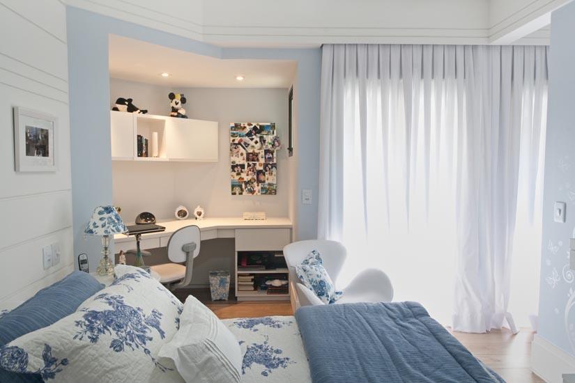 Saindo do tradicional e quebrando o preconceito de que a cor azul é para meninos, a arquiteta Andréa Parreira inova com esse projeto. Brincando com os tons de azul, a decoração prioriza detalhes femininos, como os adesivos de borboleta na parede ou o detalhe floral, também em azul, na roupa de cama. Além do espaço destinado ao estudo, o quarto conta também com um closet.
