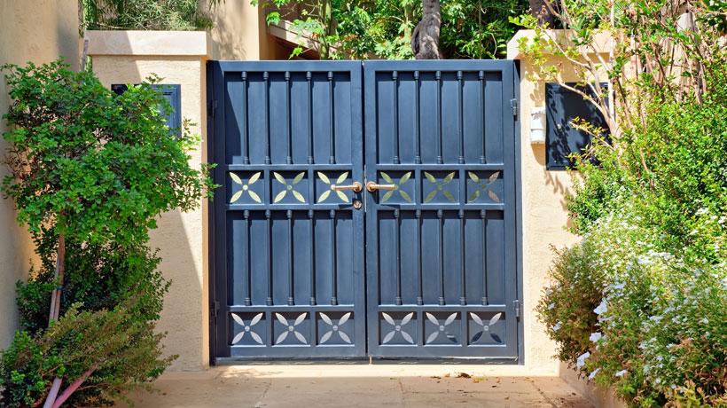 Portão azul fechado