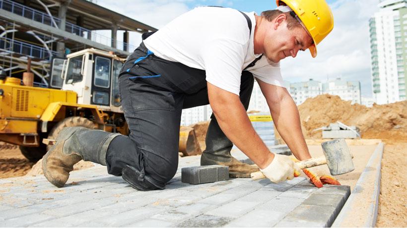 Calçada feita com blocos de concreto intertravados